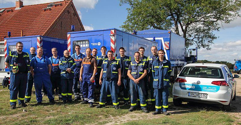 Die Elektrofachleute des Technischen Hilfswerks aus den Ortsverbänden Rostock und Schwerin sowie die Mitarbeiter der WEMAG-Netzdienststelle Neustadt-Glewe haben in Neu Brenz erfolgreich eine gemeinsame Übung absolviert. Foto @ THW/Michael Hoerenz