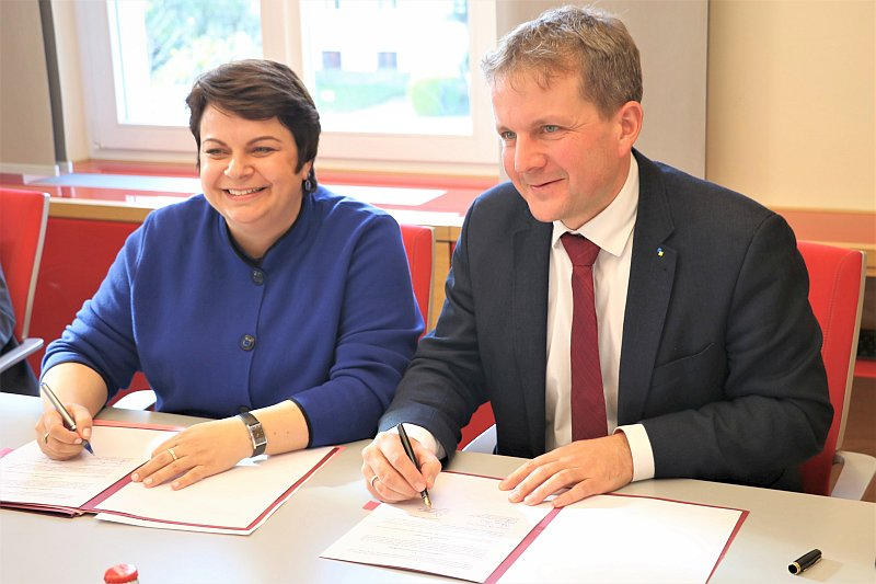"""Ministerin Drese und Schwerins OB Rico Badenschier unterzeichneten heute eine Zielvereinbarung für die """"Task Force Jugend und Soziales""""."""